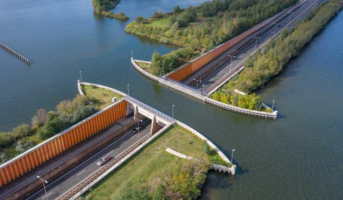 In Olanda un ponte in cui le barche navigano sopra le macchine