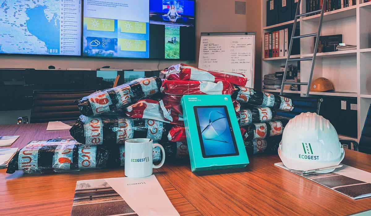 Ecogest dona i tablet che garantiscono la fruizione della didattica a distanza ai figli degli operai che ne sono sprovvisti